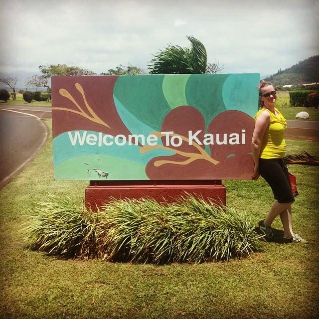 Aangekomen op Kauai! Net in de hitte 1 mijl gelopen naar Safari Helicopters om ons vast te melden. We werden meteen even gewogen. Edith is maar 61 kilo! Netjes, Edith! Nu in een mooie lunch-toko met alleen maar locals, erg grappig. De spanning over het feit dat we zo in een helikopter gaan vliegen (!!) neemt langzamerhand toe.