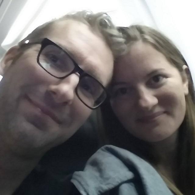 Aloha!! Veilig geland op Hawaii!! Ongelooflijk dat we er eindelijk zijn. We zitten nog in het vliegtuig. Zo taxi zoeken en lekker slapen.
