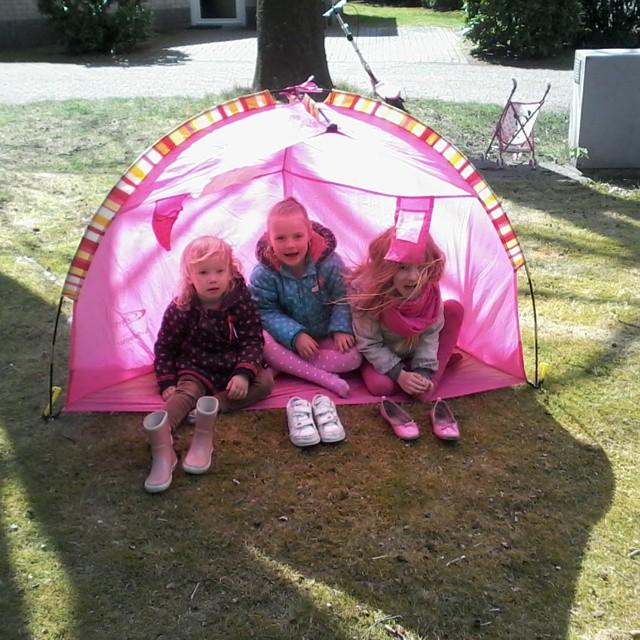 Een vriendinnetje gevonden op de camping! In de tent met Abigail. Abigail heeft een hele stoere step.