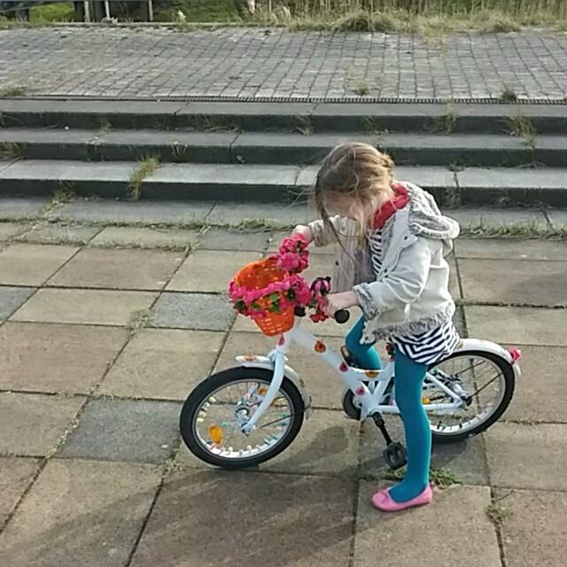 Filmpje: kijk die Lyse eens stoer fietsen!!