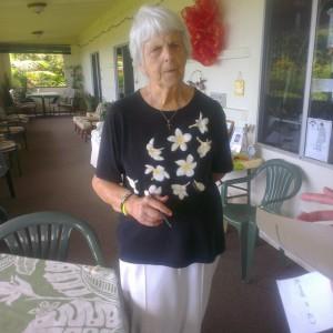 Gastvrouw Charlotte Holmes op de veranda van de B&B