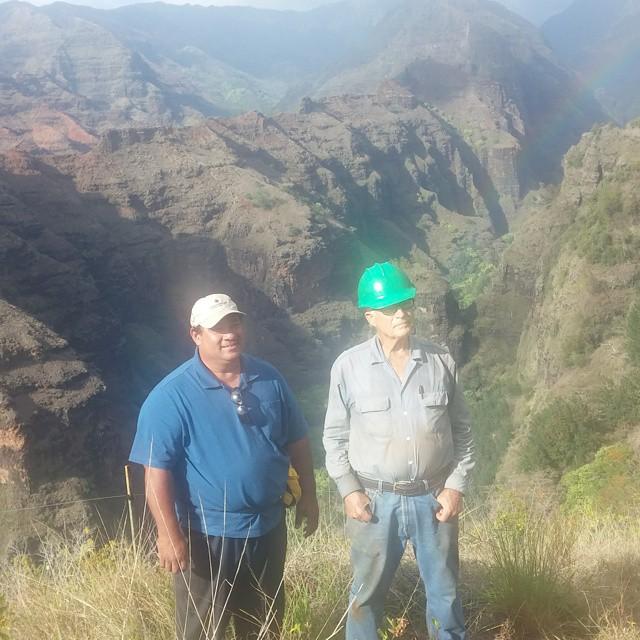 Hier rechts zie je Keith Robinson (naast Pastor Bob), erfgenaam van de familie Robinson die al sinds jaar en dag een groot deel van de grond van Kaua'i bezit. Keith zet zich in voor het behoud van 'endemic species' en is een beetje een kluizenaar. Prachtige kerel.