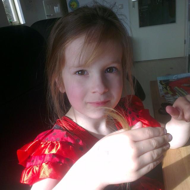 Lyse die van de week een stuk van haar haar heeft afgeknipt, want het hing voor haar ogen.