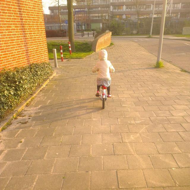 Lyse voor de eerste keer zelf naar school gefietst!