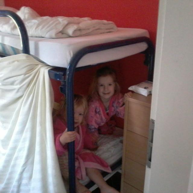 Terwijl papa en mama op weg zijn naar Schiphol bouwen wij een stapelbed tent. Suprr gezellig maar kort nachtje voor tante Ingrid oef ;-)