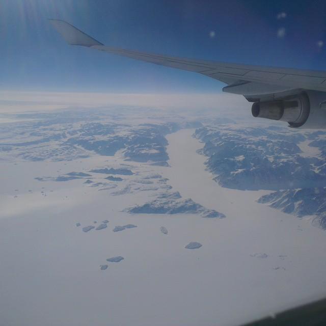 Uitzicht vanuit het vliegtuig toen we over Groenland vlogen