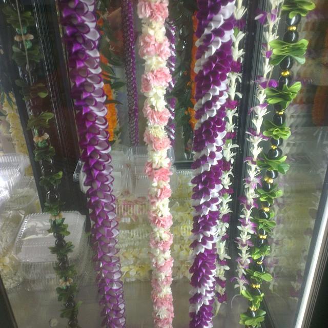 Bloemenslingers te koop op het vliegveld van Honolulu. Die noemen ze hier 'lei' wat ongetwijfeld wordt uitgesproken als 'le-i'