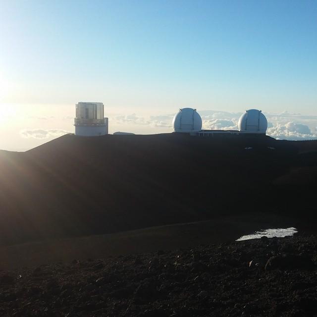 De top van Mauna Kea!! We hebben het gehaald. We staan gewoon tussen de beroemde sterrenwachtkoepels van Hawaii, heel onwerkelijk.