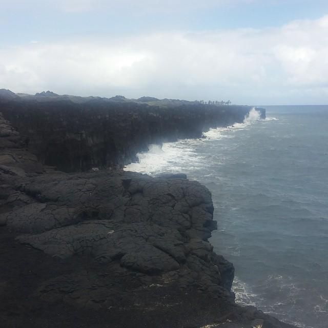 Dit is de plek waar tot voor kort nog de gloeiende lava de zee in stroomde