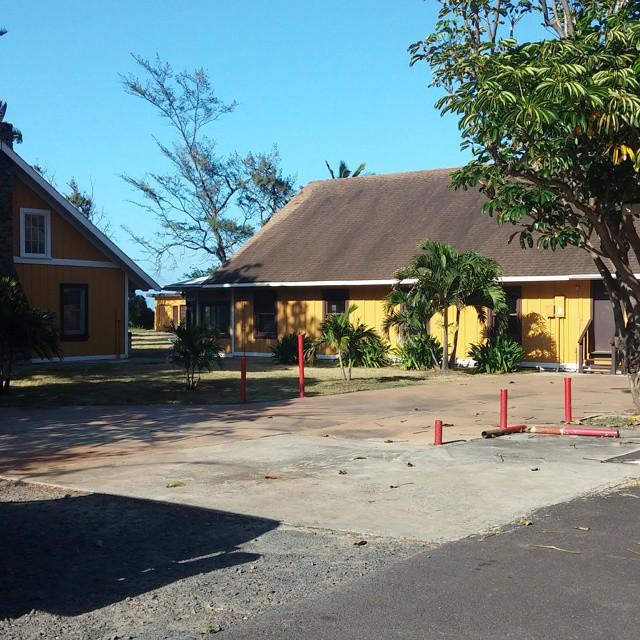 Een stukje verderop staan de YMCA-huisjes. Deze deden dienst als The Barracks in Lost.