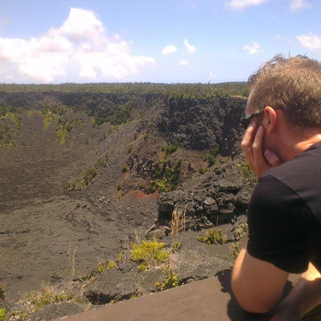 Elmer onder de indruk van één van de vele kraters langs 'chair of craters road' in Volcano National Park