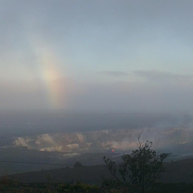 En de regenboog eindigt precies in de krater