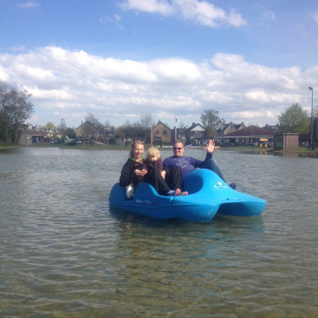 Ingrid: Nova met Marcel en Anieljah op de waterfiets. Lekker in het zonnetje