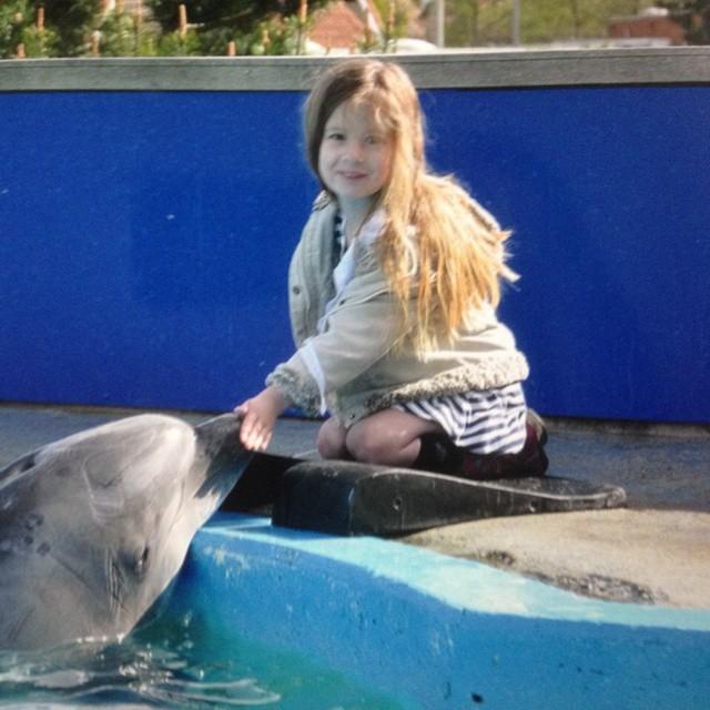 Ingrid: ik had tranen in mn ogen van trots omdat Lyse een dolfijn durfde te aaien. Wat een topdag met Marcel en Anieljah in het Dolfinarium