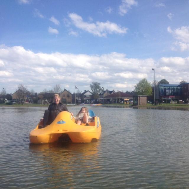 Ingrid: met Lyse in de waterfiets. Lyse moet wel er wel heel relaxt bij liggen om bij de trappers te kunnen, maar het ging heel erg goed!
