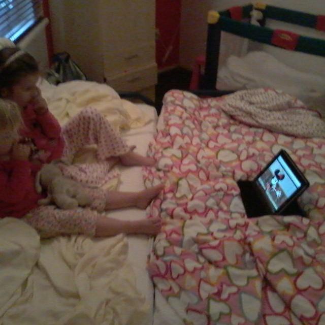 Lekker in bad geweest en een filmpje kijken in het grote bed. Straks lekker slapen. Morgen komen Cindy, Lieke en Bente logeren. Feest!!