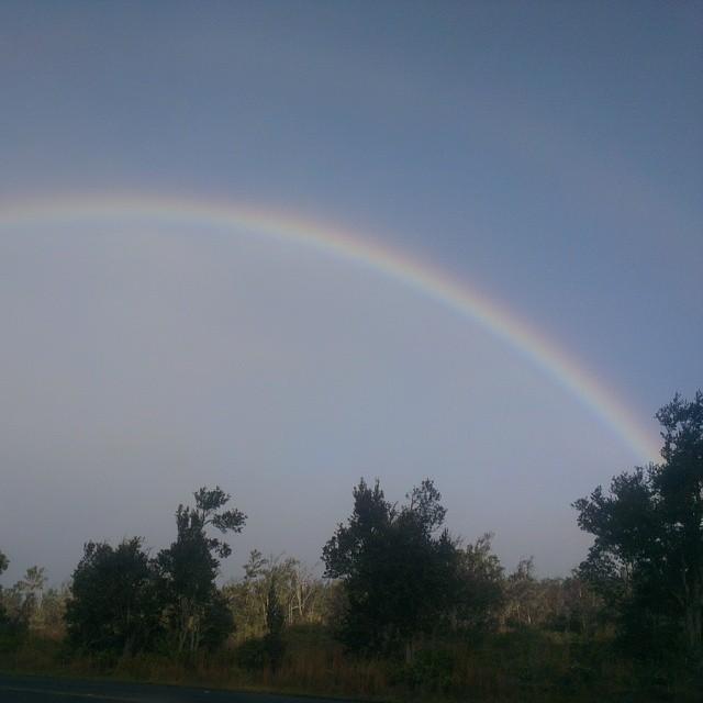 Lopend van de cabin naar de vulkaan krater krijgen we weer een prachtige dubbele regenboog