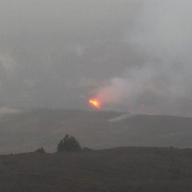 Vanaf het huisje is het een halve mijl lopen naar daar waar het allemaal gebeurt. Het was zelfs nog in het 8 uur-journaal hoorden we! Een verse uitbarsting die de krater aldaar aan het vullen is. Vanaf een afstand kun je niet heel veel zien, maar we hebben even door een telescoop mogen kijken en dan zie je wat een geweld daar beneden gaande is. Prachtig!