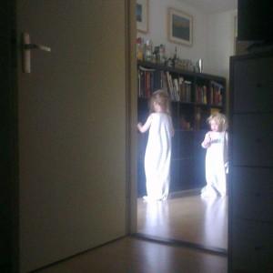 Zie ik daar twee spookjes in de gang? Lekker wakker worden zo.