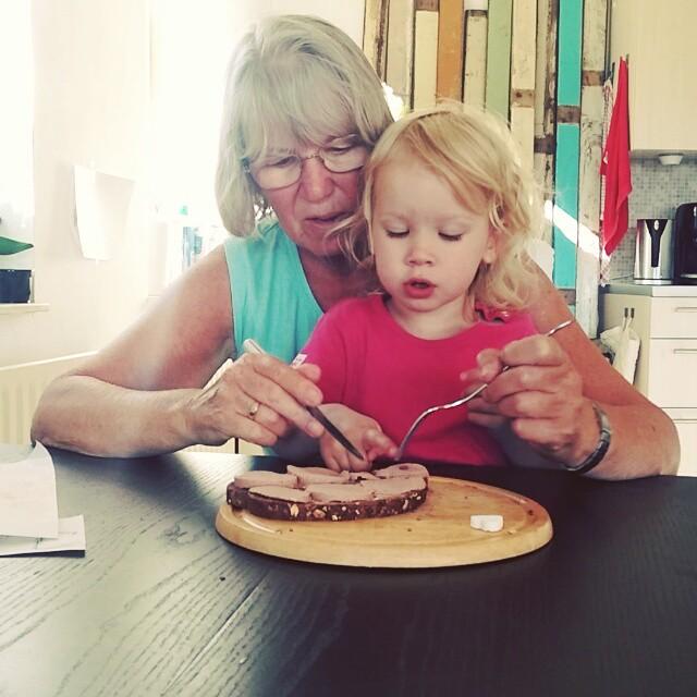 Filmpje : Nova eet een broodje met oma
