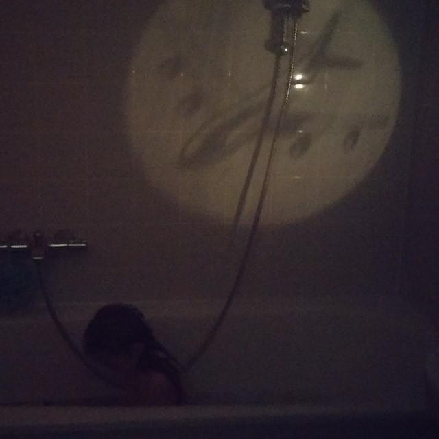 Leuke gadget had oma Aker mee uit Duitsland. Een zaklamp met filters ervoor. Dus dat hebben we in een donkere badkamer getest.