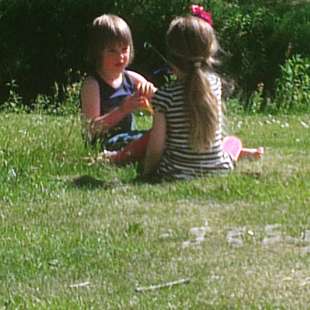 Lyse en Kai plukken bloemetjes