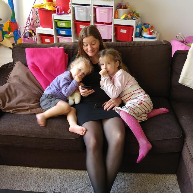 Samen met mama filmpje kijken op de telefoon