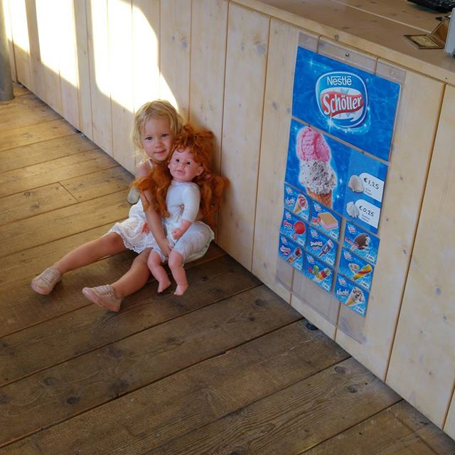 Nova en Lellebel aka chuckies bride wachten op een ijsje