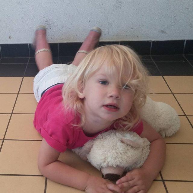 Nova, 2 jaar, driftbui omdat ze niet alleen naar buiten mag. Stomme mama ben ik ook ;-)