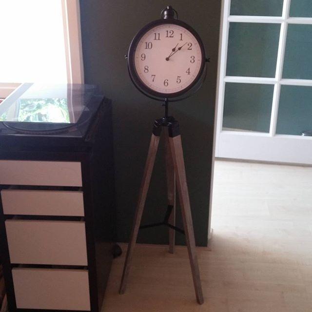 Onze nieuwe klok, handig dat ie niet vast aan een muur hangt, waar je ook bent in de kamer of keuken kun je m zien.