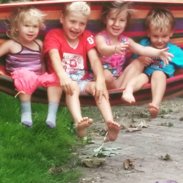 Schommelen in de hangmat bij Marcel en Anieljah, met Arne en Jens, hun neefjes