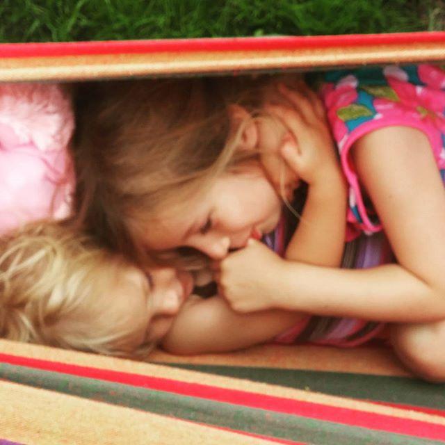 Zusjes knuffel!