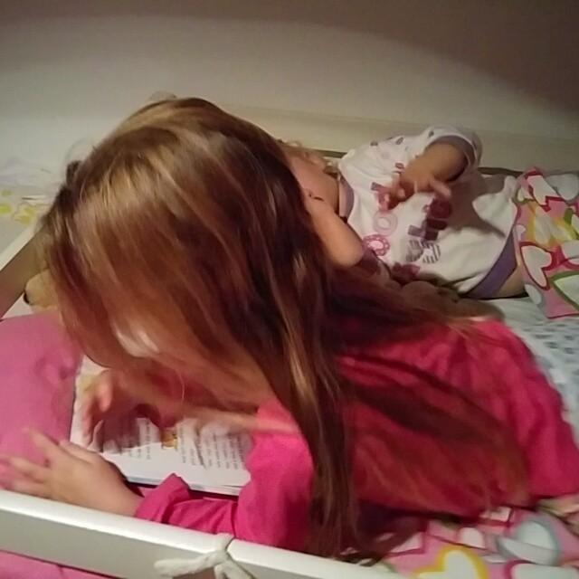 Filmpje: Lyse leest voor aan Nova! #trots