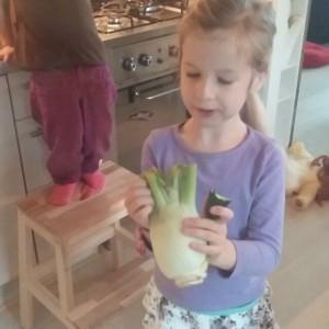 Filmpje : Niet te geloven, Lyse die een stuk venkel eet! Even later dronk ze een half glas komkommersap leeg! Ze leert het nog wel..