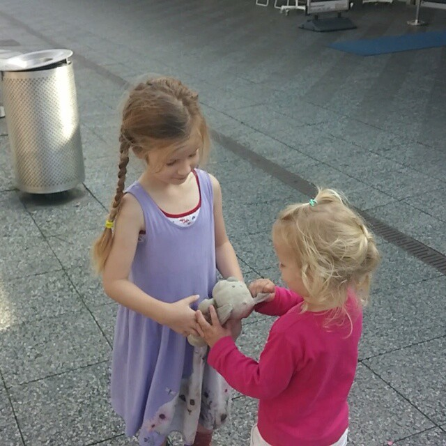 Filmpje : zusjes op het buikslotermeerplein
