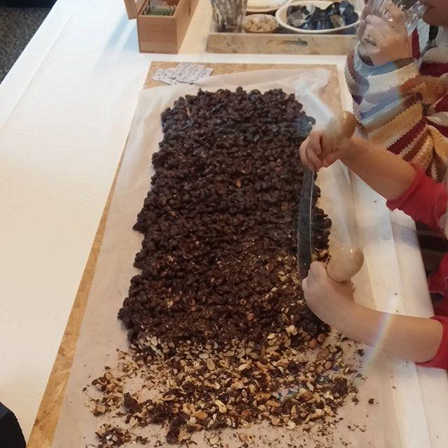 Leuk idee, noten met chocolade die je zelf af mag hakken