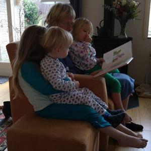 Sinterklaas gevierd in Nieuwkoop. De volgende morgen leest oma voor.