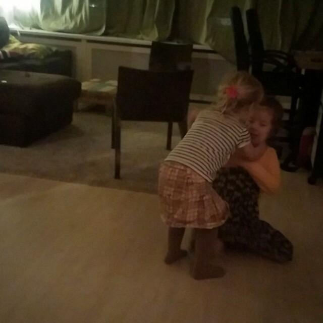Filmpje : 'mama' Nova stuurt 'baby' Lyse naar de gang.