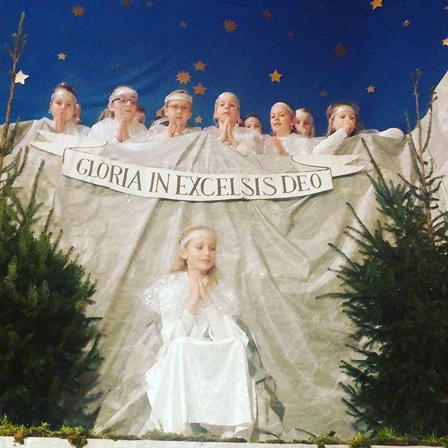Vandaag bij het optreden geweest van mn achternichtje Lieke, ze was de engel in een levend kerststalletje. En kon prachtig zingen.
