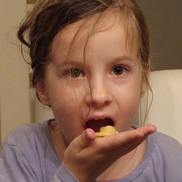 Zien jullie dat kleine stukje bovenop de tortellini? Dat is vlees! Lyse is 6 en begint meteen uit zichzelf om vlees te vragen. Papa en mama zijn trots en blij!