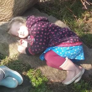 Buiten slapen op een steen
