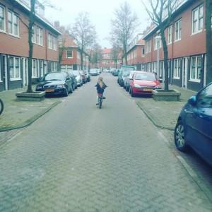 """Lyse mocht gister 'alleen' naar huis fietsen maar naar een paar honderd meter zei ze; """"je mag wel weer naast me fietsen hoor mama, dat vind ik veel gezelliger""""."""