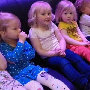 3 blondies in monkeytown. Tijdens een meet met hun mama's. Slecht een paar dagen/weken leeftijd verschil.