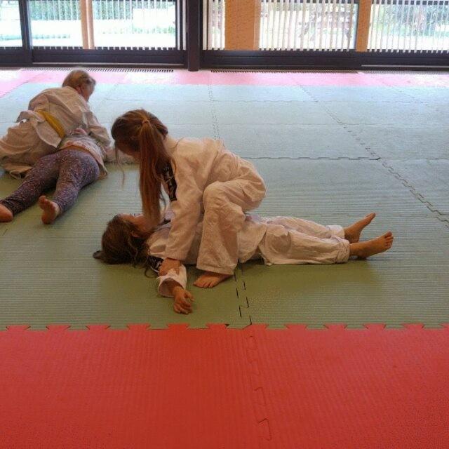 Filmpje: woensdag had ik weer eens een papadag, dus kon ik mee naar judo. Prachtig om Lyse zo bezig te zien.