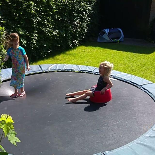 Filmpje: Daarna door naar Bilthoven om de status van het huis van M&M te bekijken. En natuurlijk even springen op de trampoline.