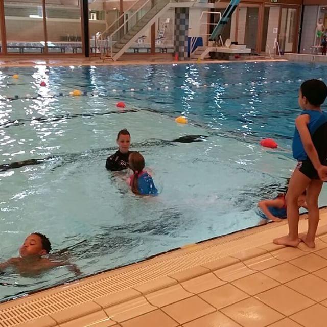 Filmpje : ik was net te laat met filmen van de sprong zelf, maar de zwemjuf vond het heel goed!