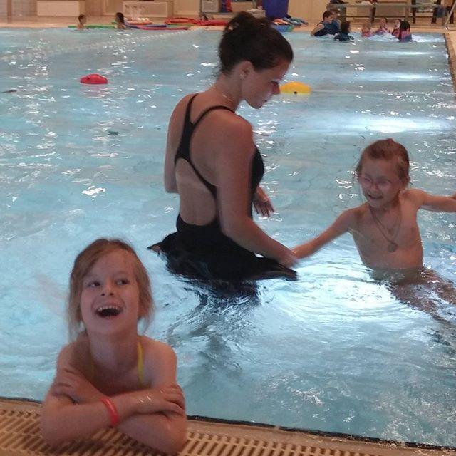 Lyse tijdens haar eerste zwemles! (toen het nog leuk was)