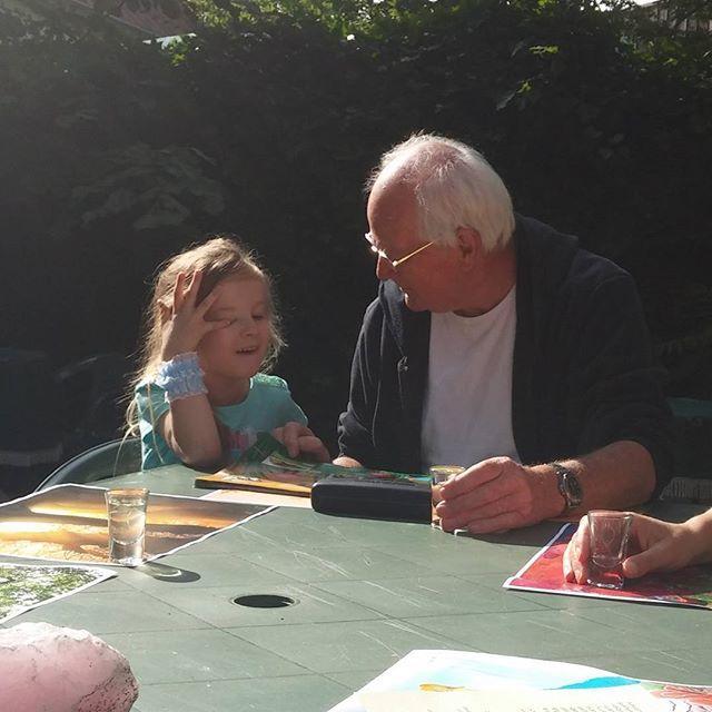 Lyse vertelt honderduit over haar Dino-boek tijdens een etentje met opa Jack