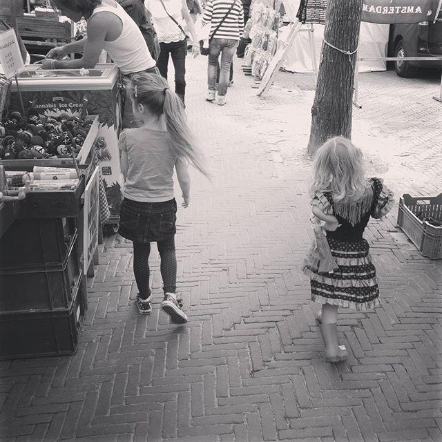 Lyse en Nova (voor het eerst?) op het Waterlooplein
