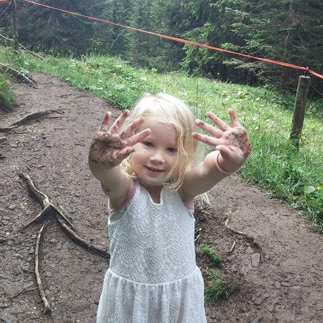 Best een moeilijk pad voor de onervaren klimmer. De vieze handjes wassen we in de mini-riviertjes die we onderweg tegenkomen.